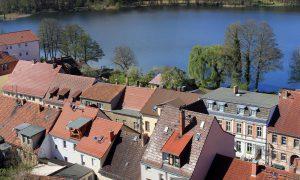 Über den Dächern der Kurstadt Buckow (Märkische Schweiz) - im Hintergrund der Buckowsee
